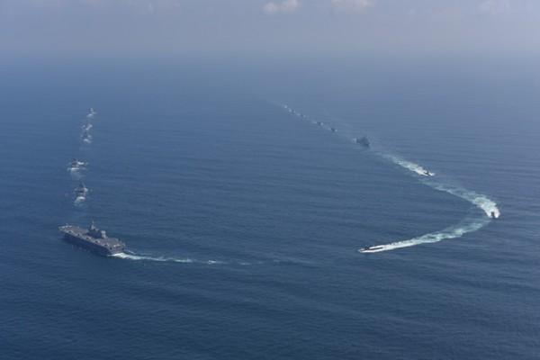 180度回頭する受閲部隊(撮影:海上自衛隊写真員・18日)