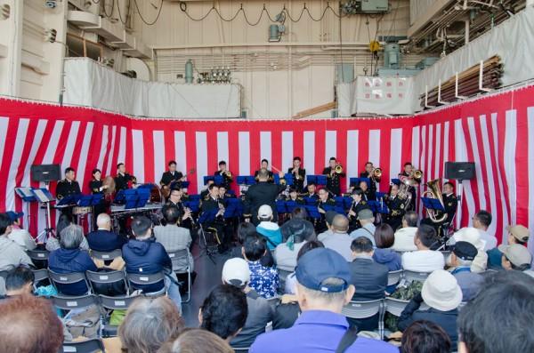 掃海母艦うらが格納庫で行われた佐世保音楽隊の演奏会