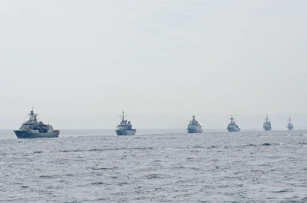 単縦陣で進む祝賀航行部隊(外国艦)