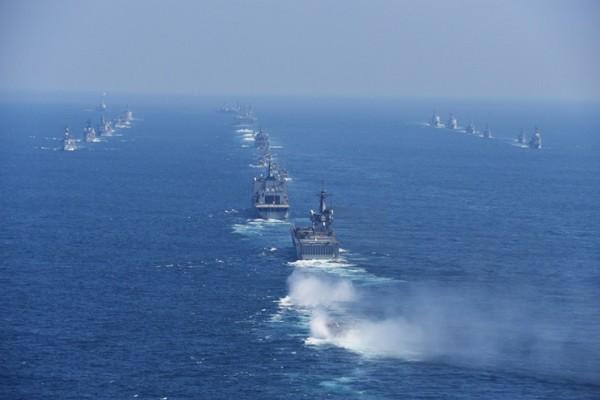 整然と航行する各部隊(撮影:海上自衛隊写真員・18日)