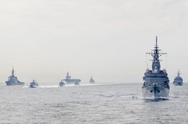 観閲部隊・付属部隊の隊列間を駆け抜けるミサイル艇部隊