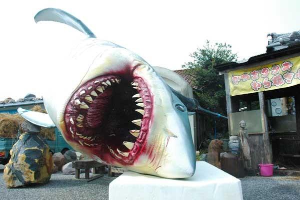 話題になった倒壊した鮫のオブジェ