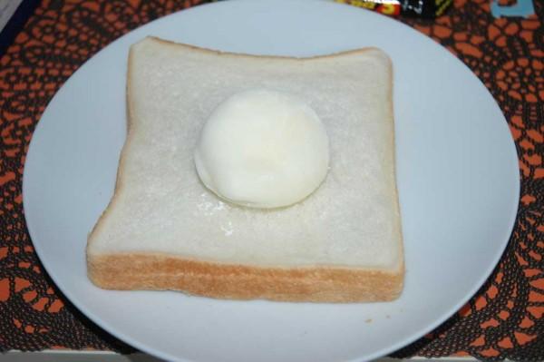 1:パンの上に雪見だいふくを乗せます。