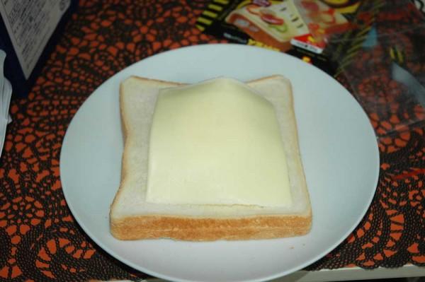 2:その上に1~2枚チーズを乗せる。