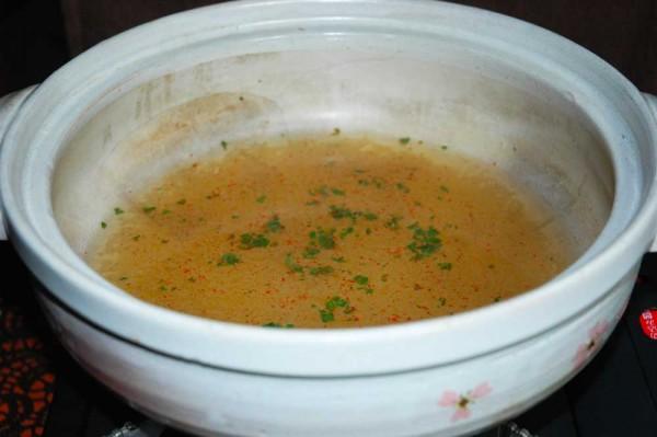 鍋にどん兵衛の粉スープと七味とお湯を入れて中火にまずかける
