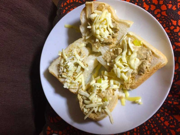 (パンの上にペーストとチーズを乗せるだけ)