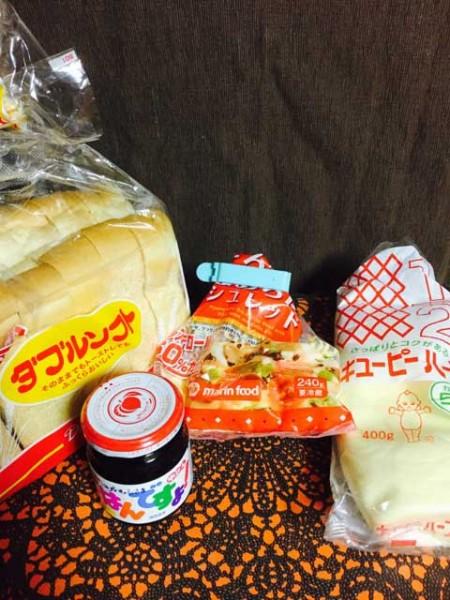 (材料:ごはんですよ、マヨネーズ、チーズ、パン)