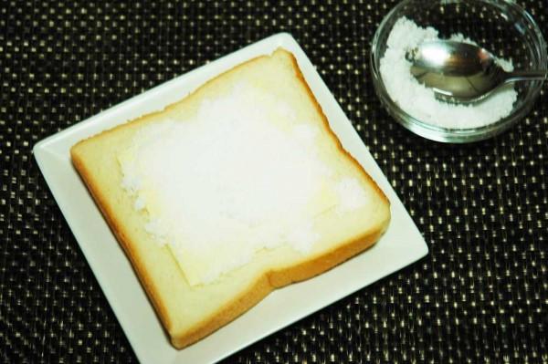 パンにスライスチーズを乗せて上白糖をまんべんなくかけるだけ