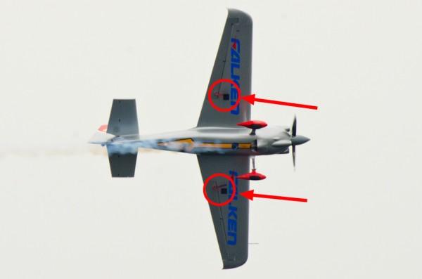 室屋選手の機体についたスペード(赤丸・矢印で示した部分)