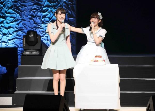 サプライズゲストとして元AKB48の松井咲子がバースデーケーキと共に登場