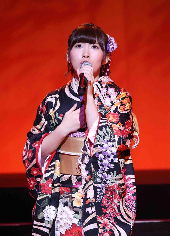 演歌を歌う岩佐美咲