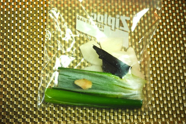 2:ジップロックにネギの青い部分、ショウガ、出汁用昆布、適当に切った大根、水醤油を入れる。