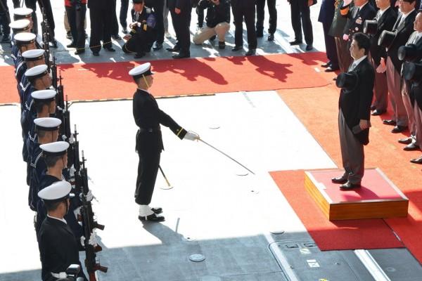 栄誉礼に答礼する安倍首相(写真:海上自衛隊)