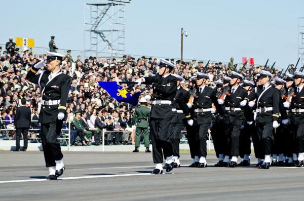 前から挙手の敬礼、旗の敬礼、頭右