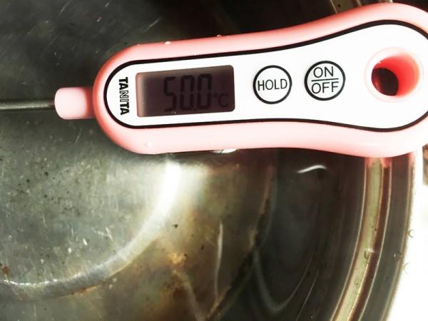 沸騰したお湯に同じ量の水を入れる