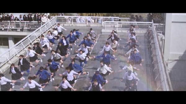 総勢300名のダンサーとともに、キレのある動きを披露