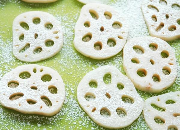 レンコンの水気をよくふき取ってまな板などに並べ、茶漉しなどで薄力粉を薄く振り掛けます。