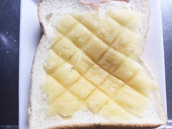 2で作った生地を食パンに塗ってナイフでメロンパンっぽい模様をつけトースターで焼き目をつけ完成!
