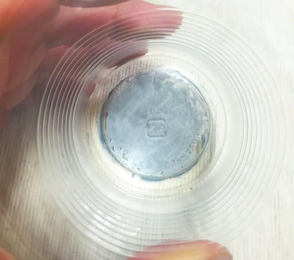 1:コップの底に水性ペンで色をつける