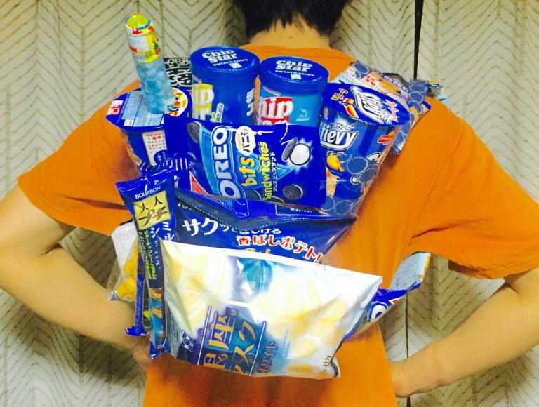 中高生の間で流行中の「お菓子リュック」に中年男子が挑戦