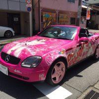 代車も痛車の「痛車検」、名古屋の美ッ冨士自動車が開始
