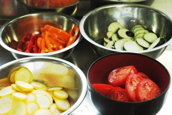2:ズッキーニ、トマト、パプリカも同じように輪切りにしていきます。
