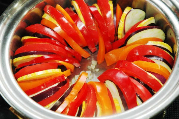 5:その上に野菜を丁寧に折り重ねるように並べていきます。