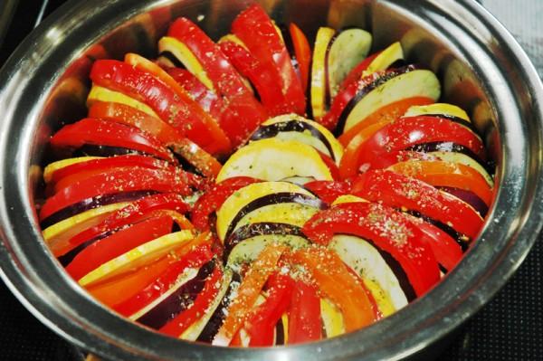 6:上からオリーブオイル、ブラックペッパー、顆粒コンソメ、マジックソルトをかけたら鍋の蓋をしてトロ火で焦げないように煮込みます。