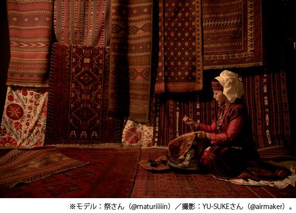 貴重なアンティークの絨毯やキリムに囲まれて撮影