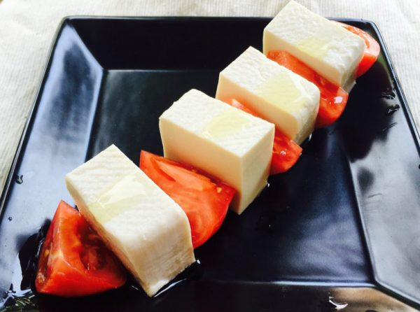 塩豆腐の定番料理のカプレーゼ