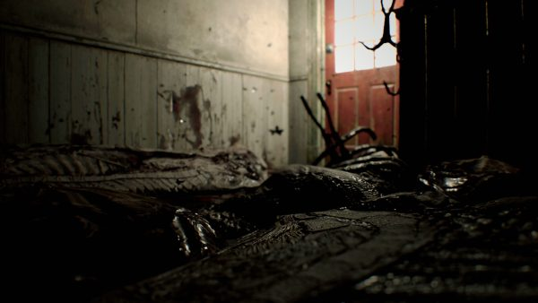 何かを解体している部屋。作業は中断され蠅が群がっている。
