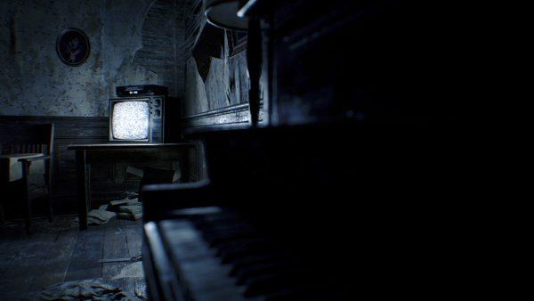 リビングにはピアノ、そして型遅れのテレビとビデオデッキ