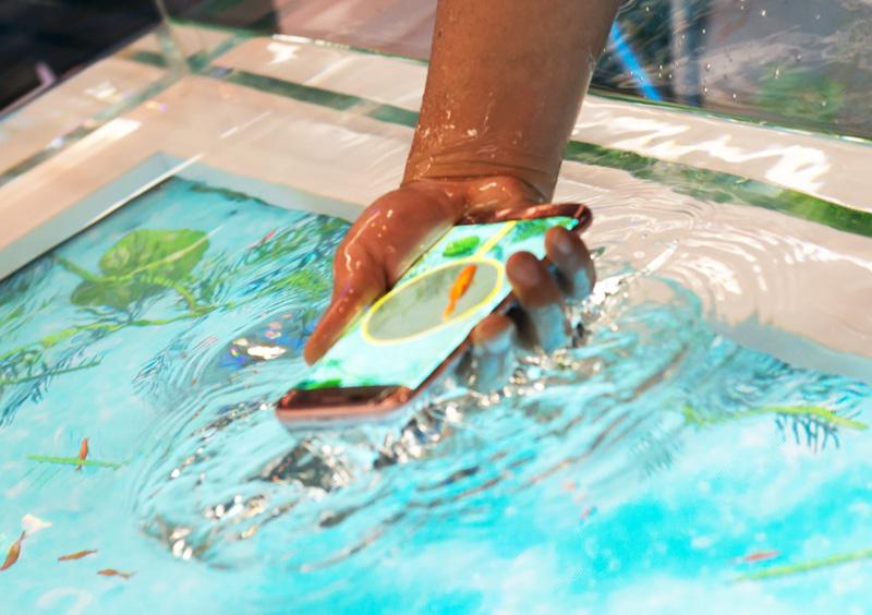 防水ってすげぇぇ!!Galaxy S7 edgeを実際に水につける「デジタル金魚すくい」公開