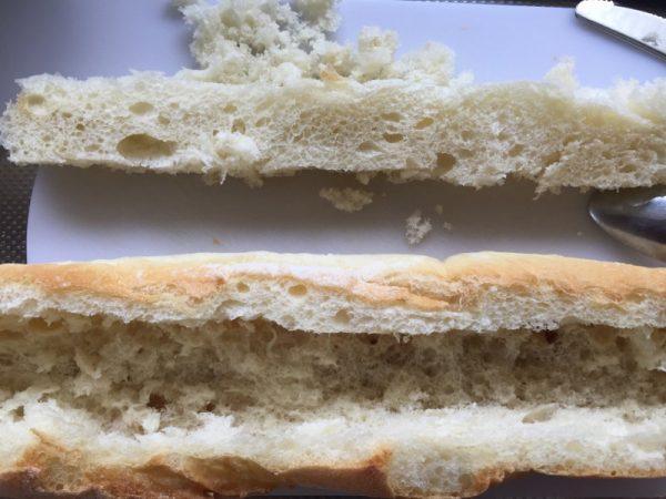 パンの中身をくりぬく