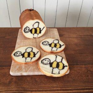 切っても切ってもハチが出てくるパンに