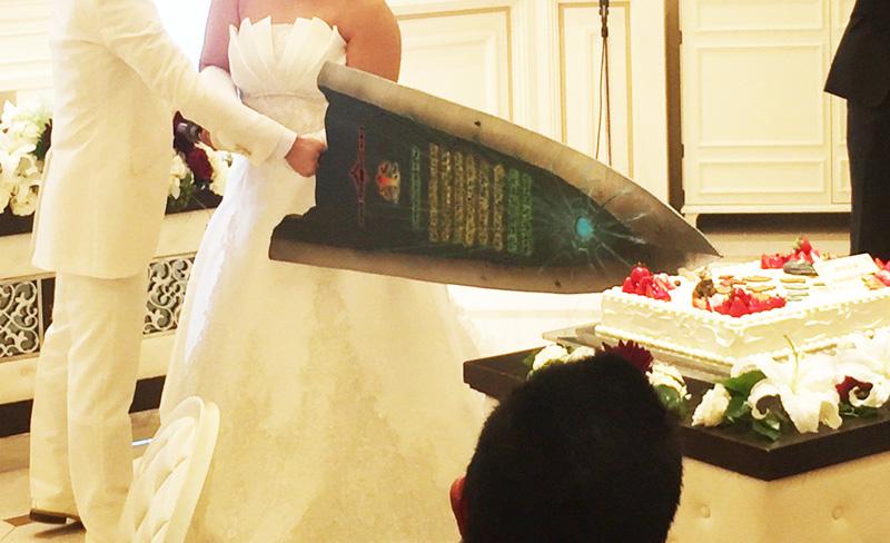 をかけ声にした結婚式のケーキ大剣入刀が話題になっています。  発端は出席者の一人、sakiさんがTwitterに投稿した写真。新郎新婦は株式会社カプコンの人気