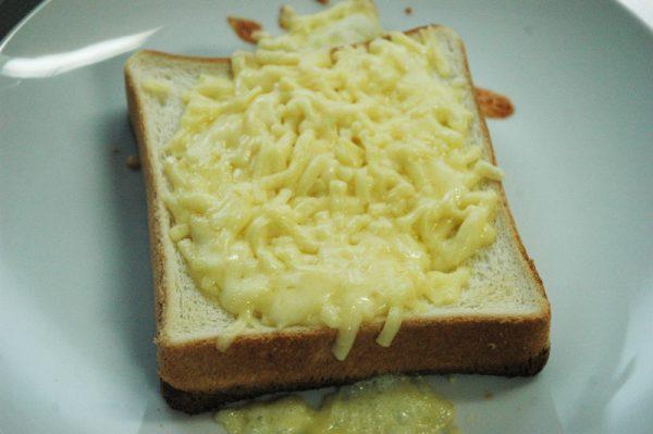 3:いったんフライパンから下ろし、チーズの雨を降らせ(by巻ちゃん)トースターに入れてチーズがとろりとするまで加熱する。
