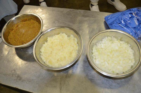 みじん切り(右端)から白炒め(中)飴色玉ねぎ(左端)に