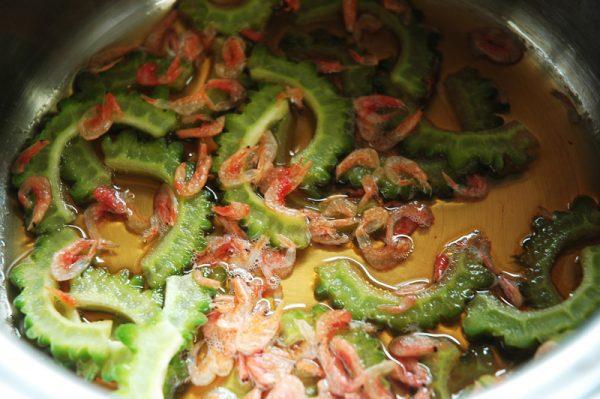 乾燥小エビを入れて余熱を飛ばし冷蔵庫で冷やしたら出来上がり。
