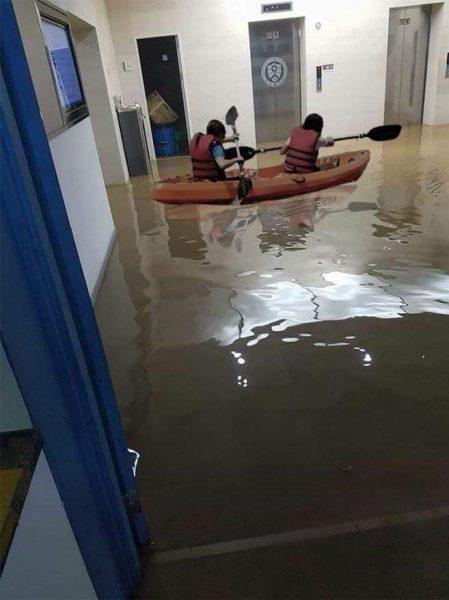 ボートで移動する人も