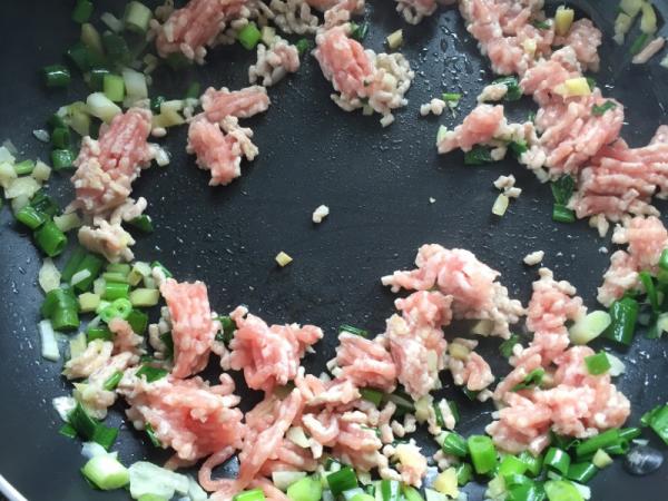 挽き肉とネギ、しょうが、ニンニクを炒める