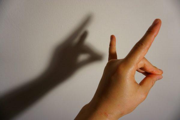 手を狐の形にするテスト
