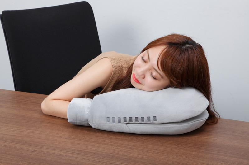 「バルタン星人」や「アッガイ」の腕枕 キャラ腕枕クッション第1弾登場