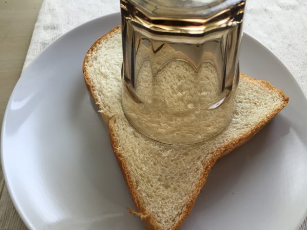 パンの真ん中にコップなどで丸い繰り抜きを入れます