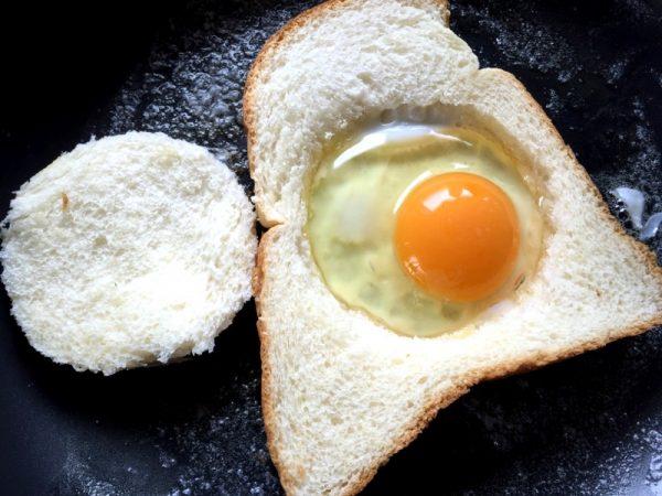 繰り抜いた部分に卵を落として焼く