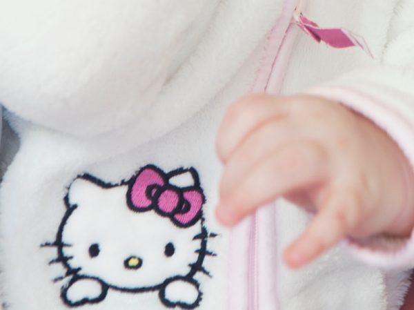 キティちゃんのアップリケがついた洋服