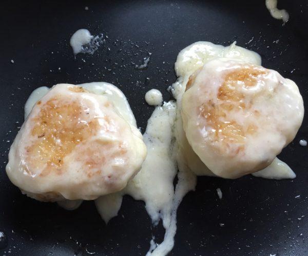 4:溶かしたチーズの上におにぎりをのせカリっとなるまで焼く。(両面同じに)