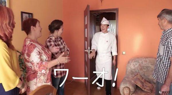 海外の家庭でお好み焼きをふるまう