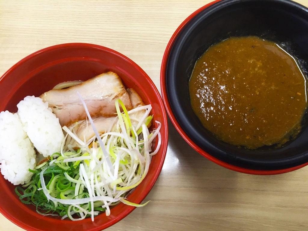 スシローのシャリ乗せ『鯖系カレーつけ麺』食べてみた これは……アレと一緒に注文すべき!