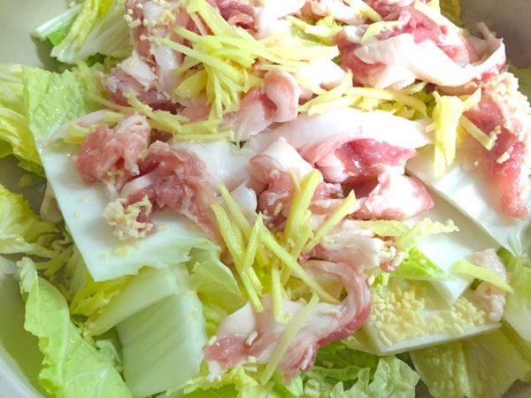 (白菜、豚肉、ショウガの順で敷く)